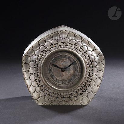 RENÉ LALIQUE (1860-1945) Dahlia, le modèle créé en [1926] Pendule ogivale au décor...