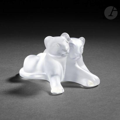 MAISON LALIQUE Deux lionceaux accolés Sculpture....