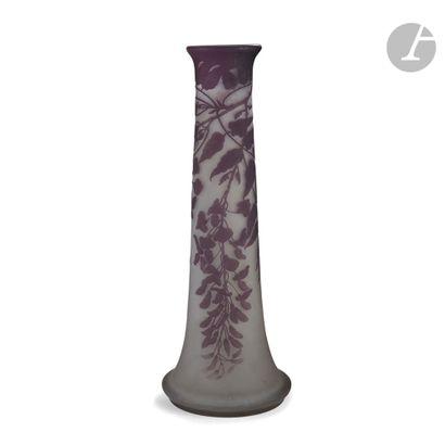 ÉTABLISSEMENTS GALLÉ (1904-1936) Glycine Spectaculaire vase type Pied d'éléphant;...
