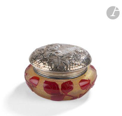 DAUM NANCY Fraisier Bonbonnière circulaire à monture et couvercle en argent au décor...