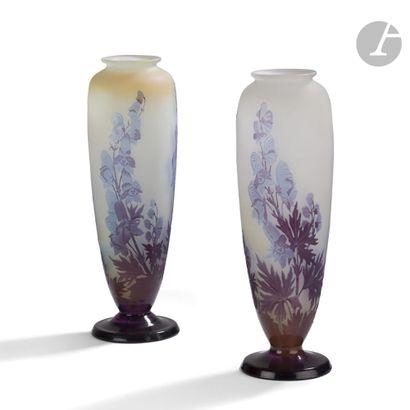 ÉTABLISSEMENTS GALLÉ (1904-1936) Aconits Paire de vases ovoïdes sur piédouche. Épreuves...