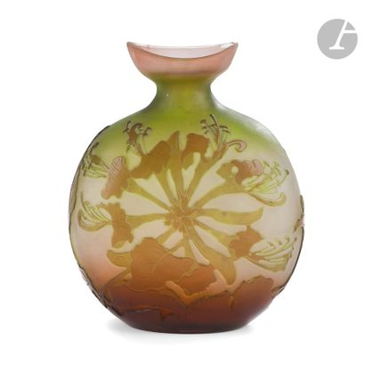 ÉTABLISSEMENTS GALLÉ (1904-1936) Chèvrefeuille Vase méplat à col barquette. Épreuve...