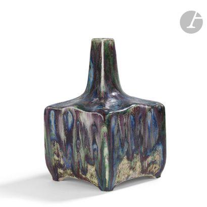 PIERRE-ADRIEN DALPAYRAT (1844-1910) Vase cubique à col soliflore de section carrée;...
