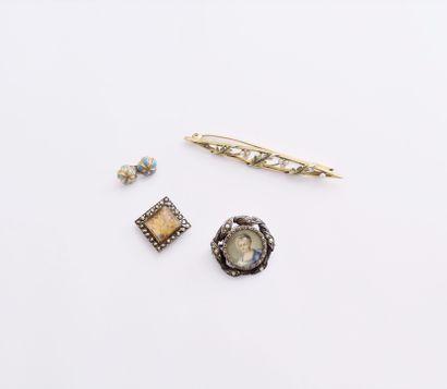 Ensemble de bijoux fantaisie comprenant :...