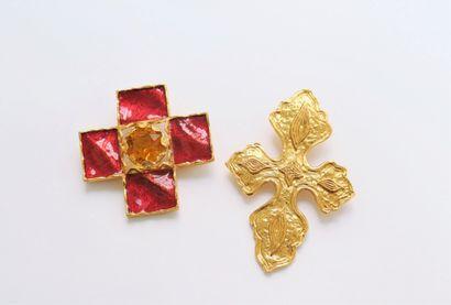 Lot de deux broches-pendentif en métal doré,...