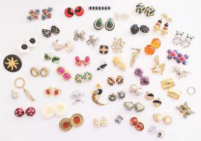 Lot de bijoux fantaisie comprenant des boucles...