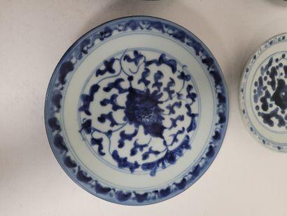 Ensemble de quatre assiettes, Chine, XIXe siècle A décor bleu blanc de rinceaux....