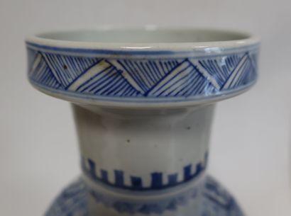 Vase en porcelaine, Chine, fin XIXe siècle A panse cylindrique et décor bleu blanc...