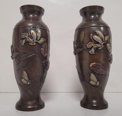 Paire de petits vases balustres en bronze,...