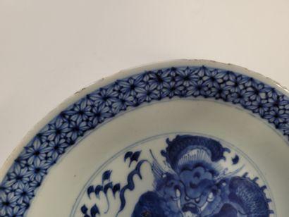 Assiette en porcelaine bleu blanc, Chine, XVIIIe siècle A décor central d'un dragon...