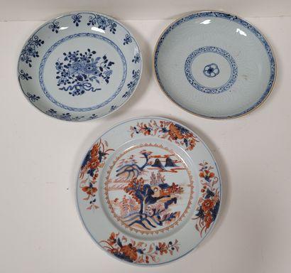 Deux assiettes en porcelaine à décor bleu...