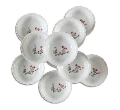 Dix petites coupes lobées en porcelaine,...