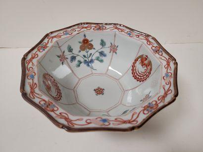 Bol de forme décagonale en porcelaine à décor...