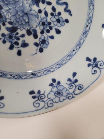 Deux assiettes en porcelaine à décor bleu blanc, Compagnie des Indes, XVIIIe siècle...
