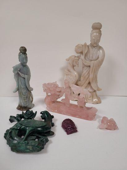 Ensemble de quatre statuettes en pierre dure,...