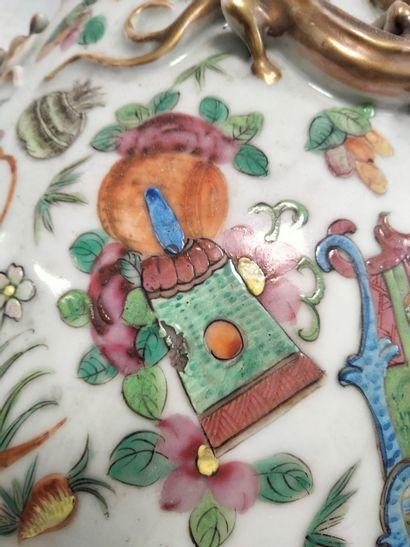 Important vase en porcelaine polychrome, Chine, Canton, XIXe siècle A décor de scènes...