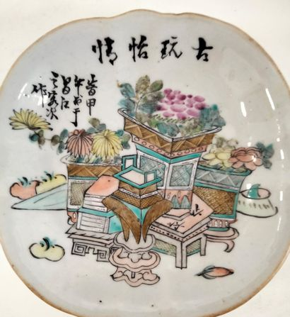 Ravier en porcelaine, Chine, XIXe siècle Floriforme, sur piédouche, à décor de bouquets...