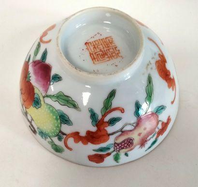 Ensemble de quatre objets en porcelaine, Chine, XIXe - XXe siècle - Coupe sur piédouche...