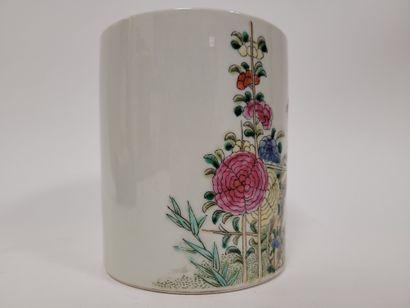 Porte-pinceaux ''bitong'' en porcelaine, Chine, XXe siècle, A décor polychrome sur...