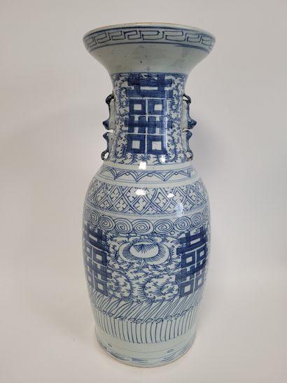 CHINE, XXe siècle Paire de vases en porcelaine à décor bleu blanc de caractères...