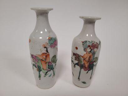 Paire de petits vases en porcelaine dans...