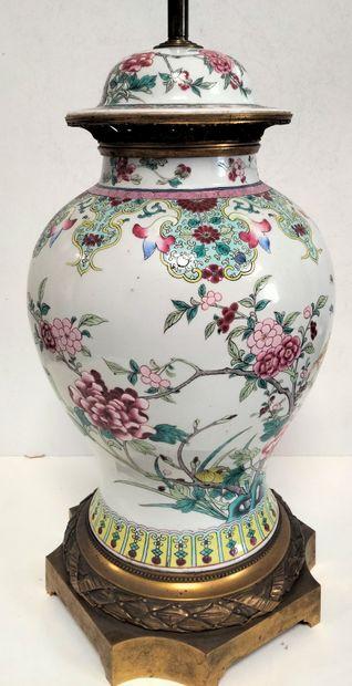 Vase couvert en porcelaine, dans le goût de Samson, fin XIXe siècle A décor sinisant...