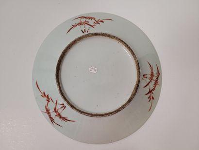 Plat en porcelaine, Chine, fin XIXe - début XXe siècle A décor polychrome représentant...