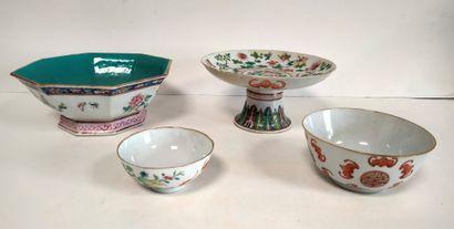 Ensemble de quatre objets en porcelaine,...