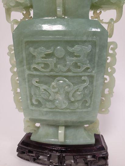 Vase couvert en serpentine, Chine, XXe siècle Style et décor archaïsant, les anses...