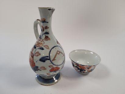 Ensemble de six porcelaines, Chine et Japon, XVIIIe siècle Comprenant : - Cinq tasses...