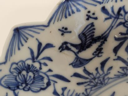 Coupe polylobée en porcelaine bleu blanc, Chine, XIXe siècle A décor d'oiseaux parmi...