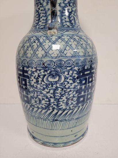 Vase en porcelaine à décor bleu blanc, Chine, XXe siècle A décor de caractères de...