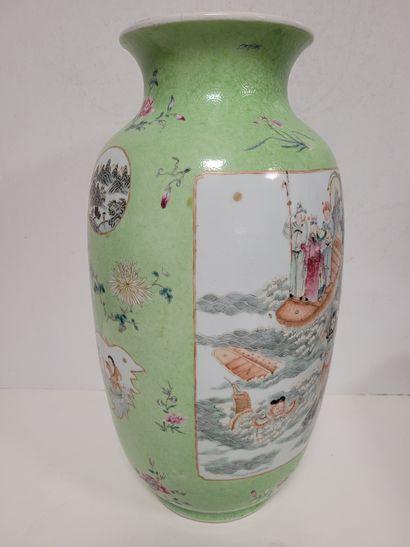 Vase de forme lanterne DENG LONG ZUN en porcelaine à fond vert, Chine, XIXe siècle...
