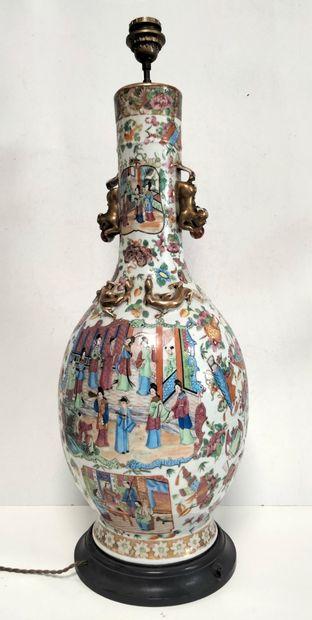 Important vase en porcelaine polychrome,...