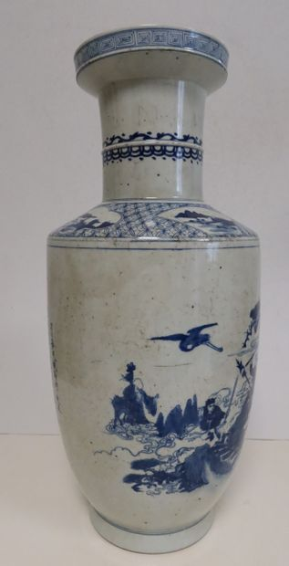 Vase en porcelaine, Chine, fin XIXe siècle A panse cylindrique, à décor bleu blanc...