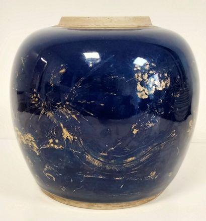 Pot à gingembre en porcelaine émaillée bleu poudré, Chine XIXe siècle A décor doré...