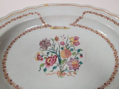 Polylobed oval dish, Compagnie des Indes, China, 18th centuryA central polychrome...