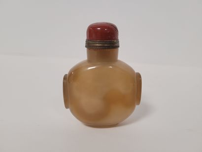 Deux flacons tabatières (snuff bottle) en agate, Chine, XXe siècle L'un piriforme...