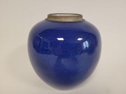 Petit pot à gingembre en porcelaine, Chine, XIXe siècle Emaillé bleu sous couverte....