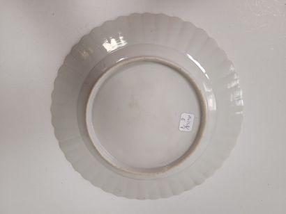 Assiette en porcelaine émaillée, Chine, Compagnie des Indes, XVIIIe siècle A décor...