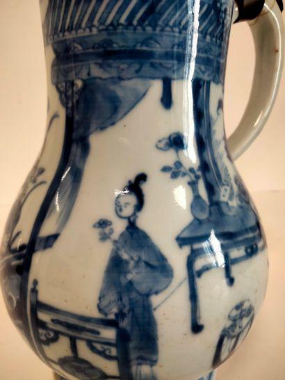 Verseuse en porcelaine bleu blanc, Chine, époque Kangxi (1662 - 1722) A panse basse...