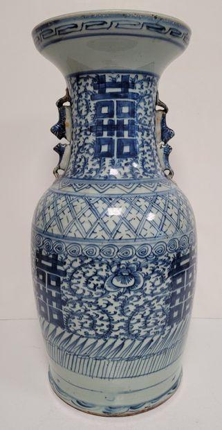 Vase en porcelaine à décor bleu blanc, Chine,...