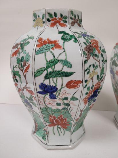 Pair of porcelain covered vases, Europe in the Samson taste, 19th centuryOctogonal...
