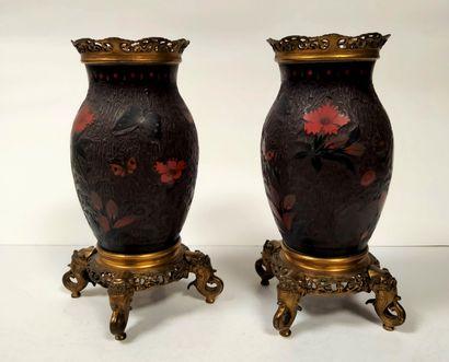 Paire de vases en porcelaine laquée, Japon,...