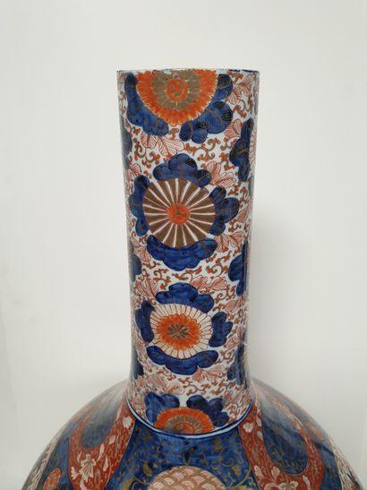 A large porcelain bottle vase with Imari decoration, Japan, Meiji period (1868-1912...