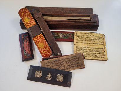 Ensemble de livres manuscrits et tablettes...