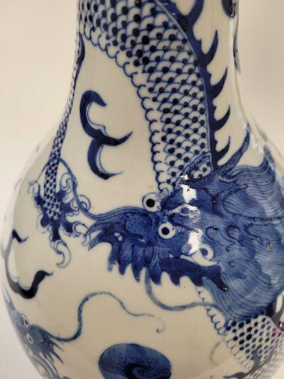 Grand vase en porcelaine leu blanc, Chine, fin XIXe - début XXe siècle A décor de...