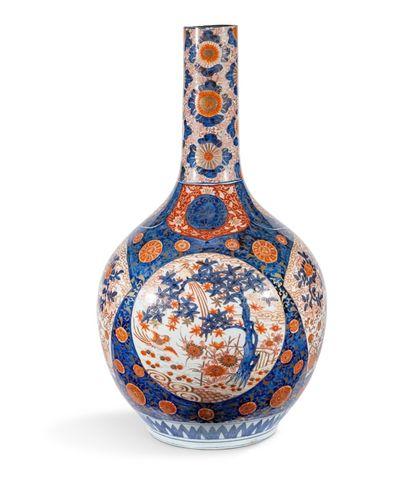 Grand vase bouteille en porcelaine à décor...