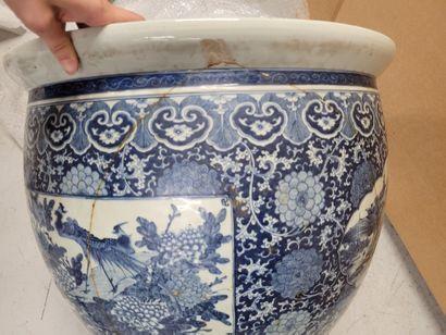 Importante vasque en porcelaine, Chine, XVIIIe siècle A décor en bleu sous couverte...