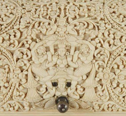 BEAU COFFRET EN IVOIRE SCULPTÉ, SRI LANKA, VERS 1650 Coffret rectangulaire à tiroir...